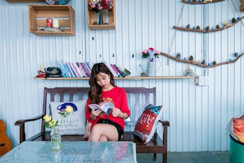 Základová fotografie zdarma na téma asiatka, asijská holka, červená, čtení