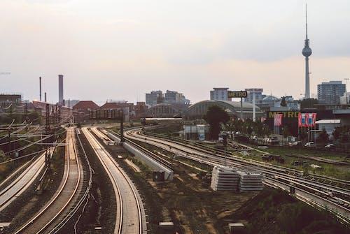 Gratis stockfoto met bovengrondse trein, city scape, Duitsland, elektrische bedrading