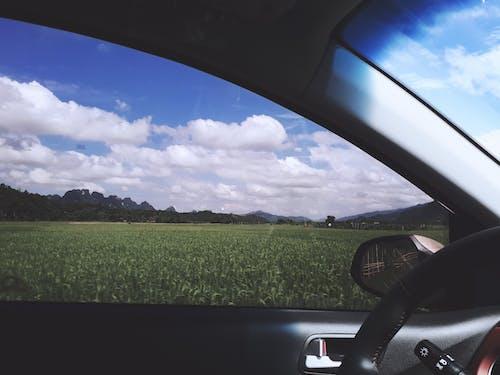 Kostenloses Stock Foto zu acker, auto, autobahn, blauer himmel