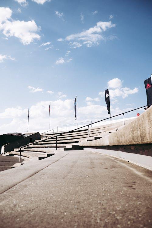Immagine gratuita di anfiteatro, architettura, bandiere, calcestruzzo