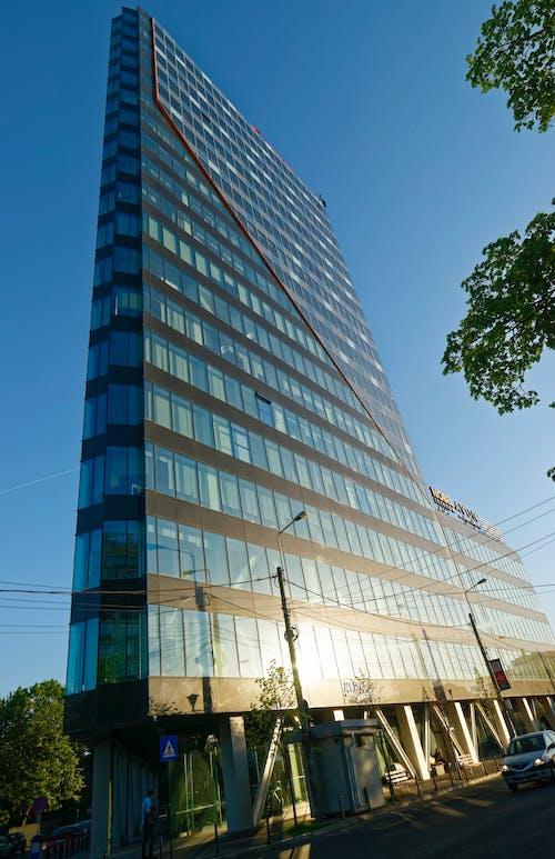 Gratis lagerfoto af arkitektur, bil, blå himmel, by