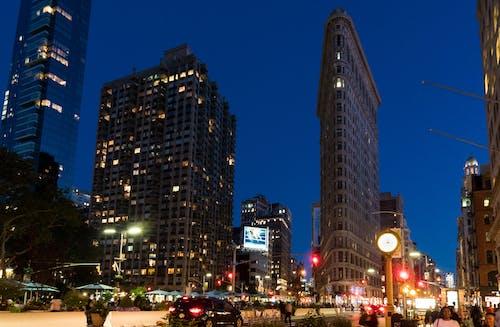 akşam, aydınlatılmış, binalar, Flatiron Binası içeren Ücretsiz stok fotoğraf