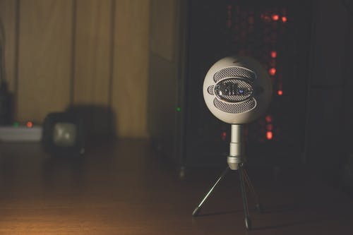 Безкоштовне стокове фото на тему «мікрофон, робоче місце, синій, стіл»