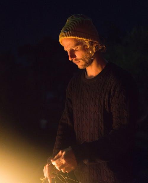 Ảnh lưu trữ miễn phí về ánh sáng, áo khoác ngoài, cái mũ len, cắm trại