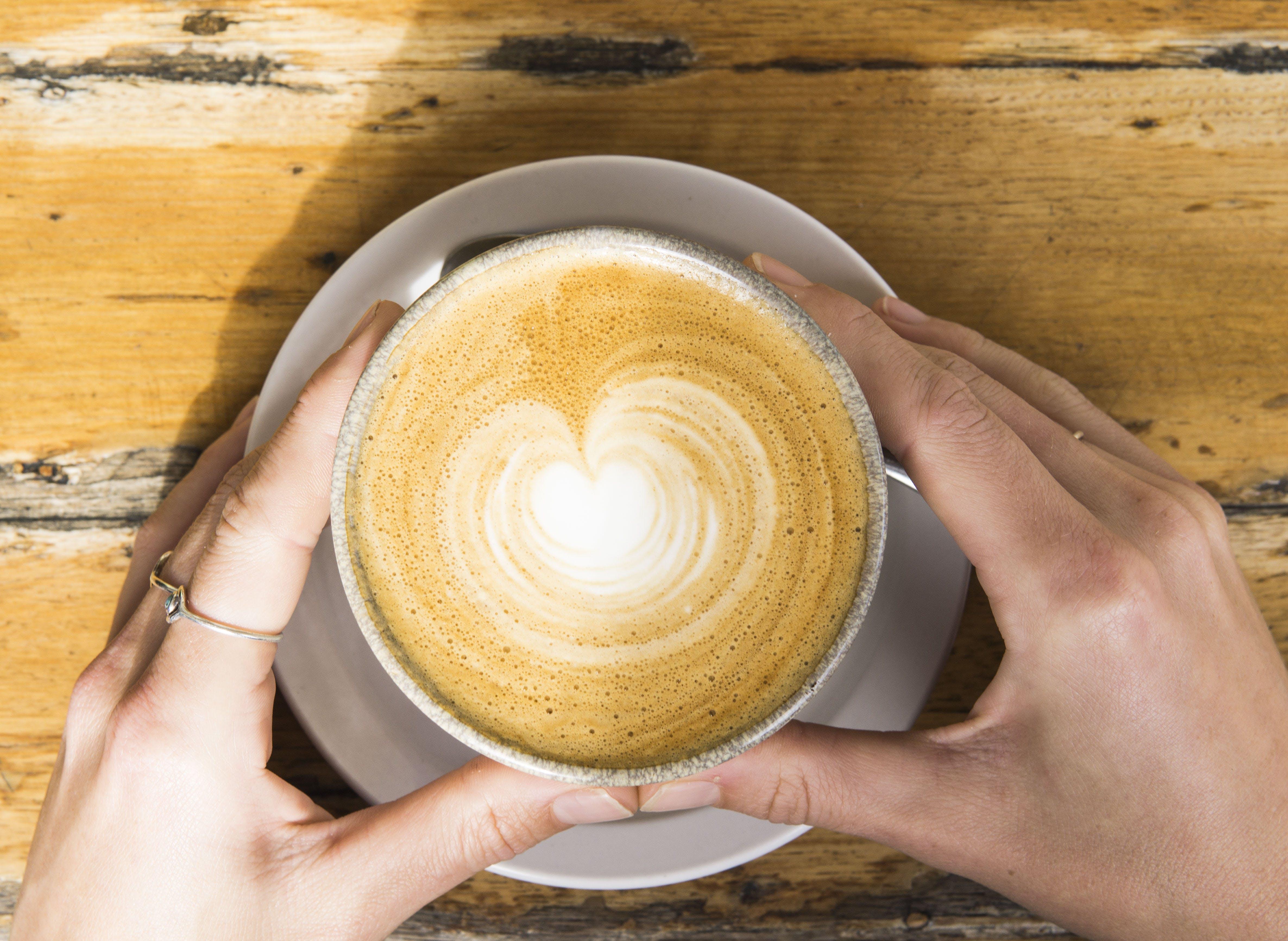 Kostenloses Stock Foto zu becher, café, cappuccino, dämmerung