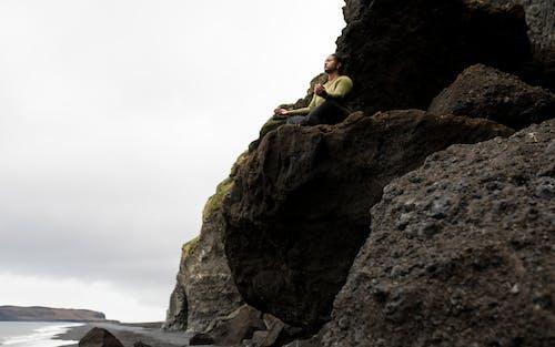 çıkmak, dağ, dağcı, deniz içeren Ücretsiz stok fotoğraf