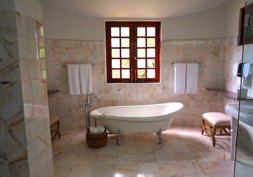 Gratis stockfoto met bad, badkamer, badkuip, handdoeken