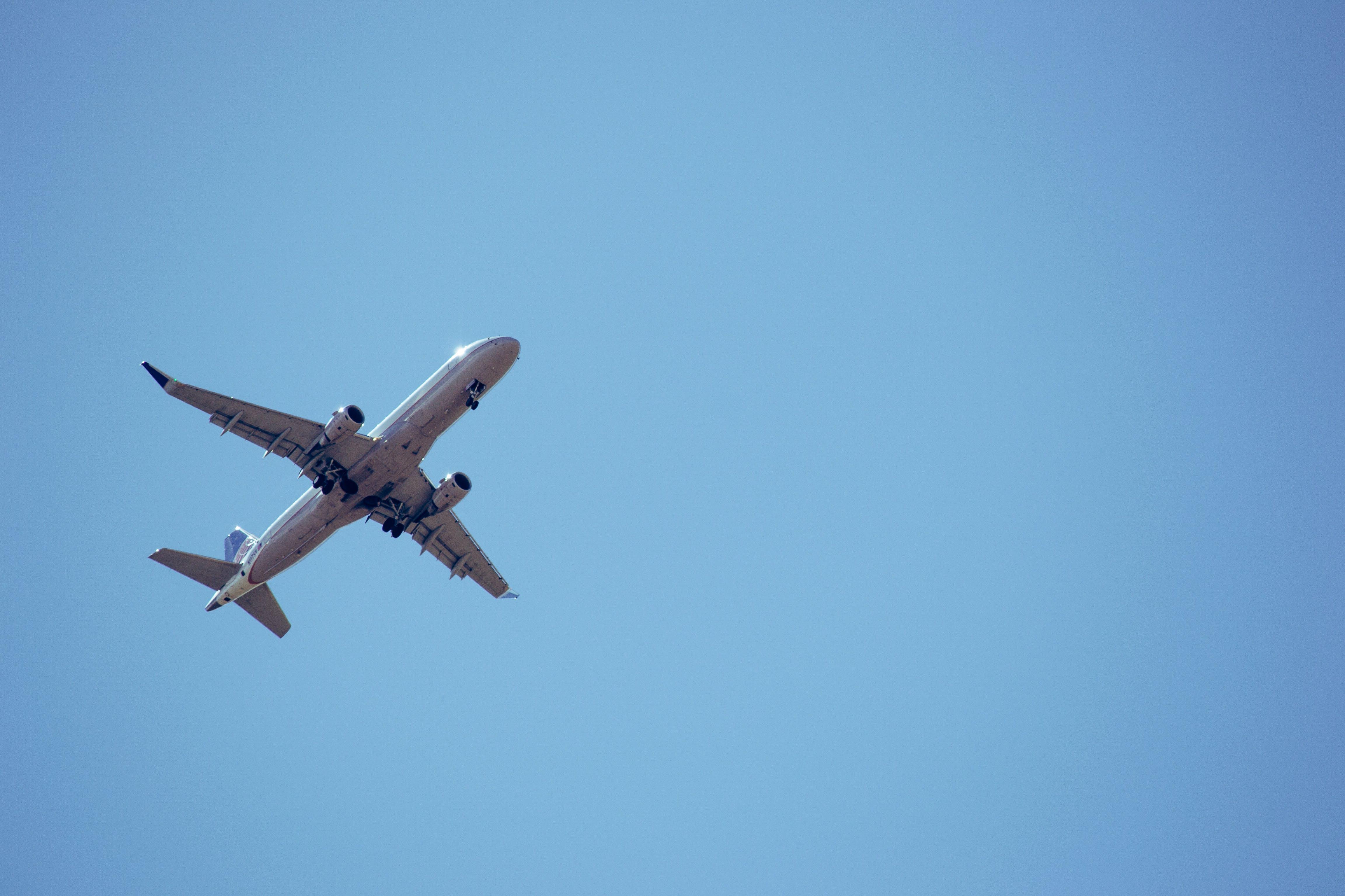 Gratis arkivbilde med avgang, blå himmel, fly, flyging