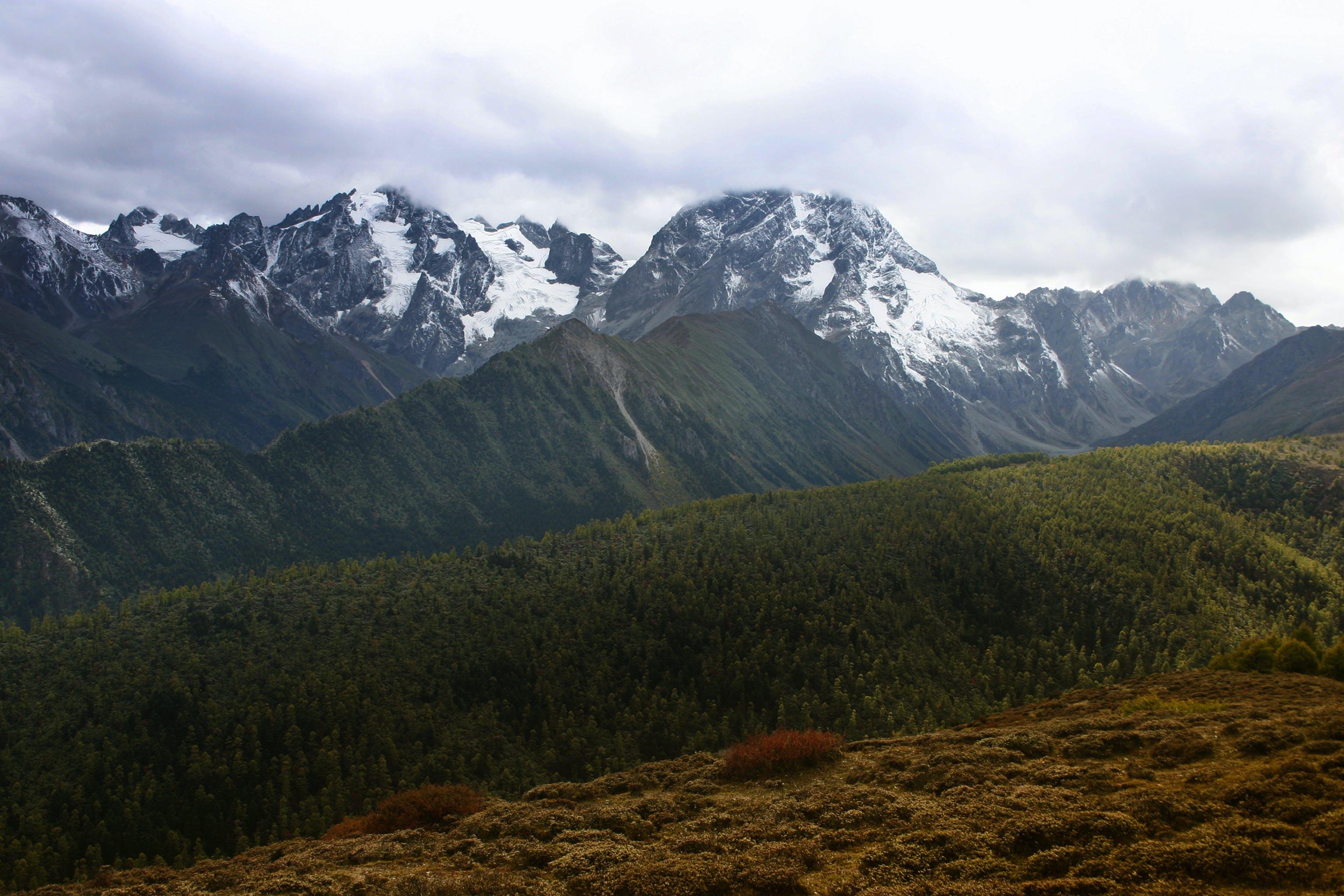 Kostenloses Stock Foto zu bäume, berg, dämmerung, fels