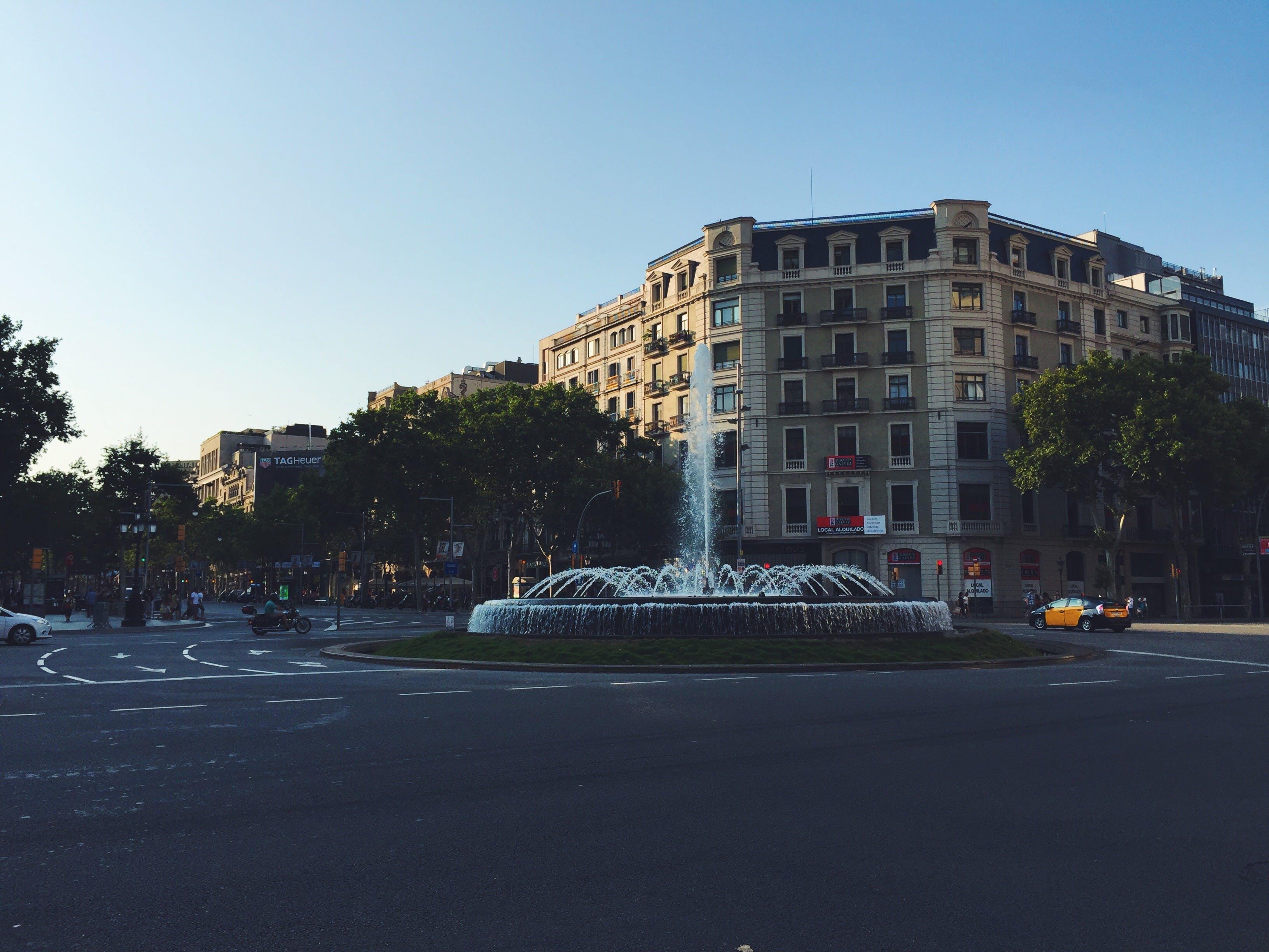 交通圈, 噴泉, 城市, 建築 的 免费素材照片