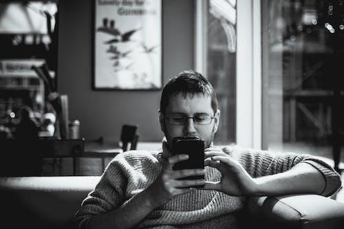 Foto d'estoc gratuïta de adult, assegut, buscant, cafè