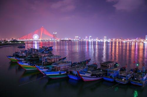 Fotobanka sbezplatnými fotkami na tému budovy, člny, malé plachetnice, mesto
