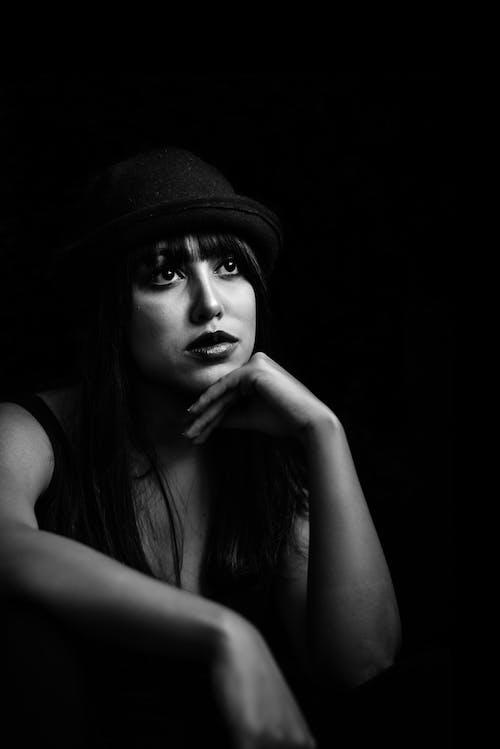 Fotos de stock gratuitas de actitud, belleza, blanco y negro, bonito