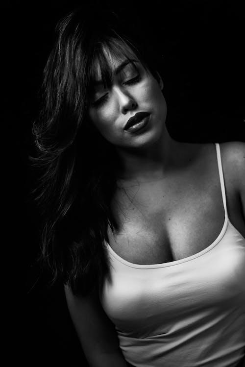 Darmowe zdjęcie z galerii z atrakcyjny, ciało, ciemny, czarno-biały