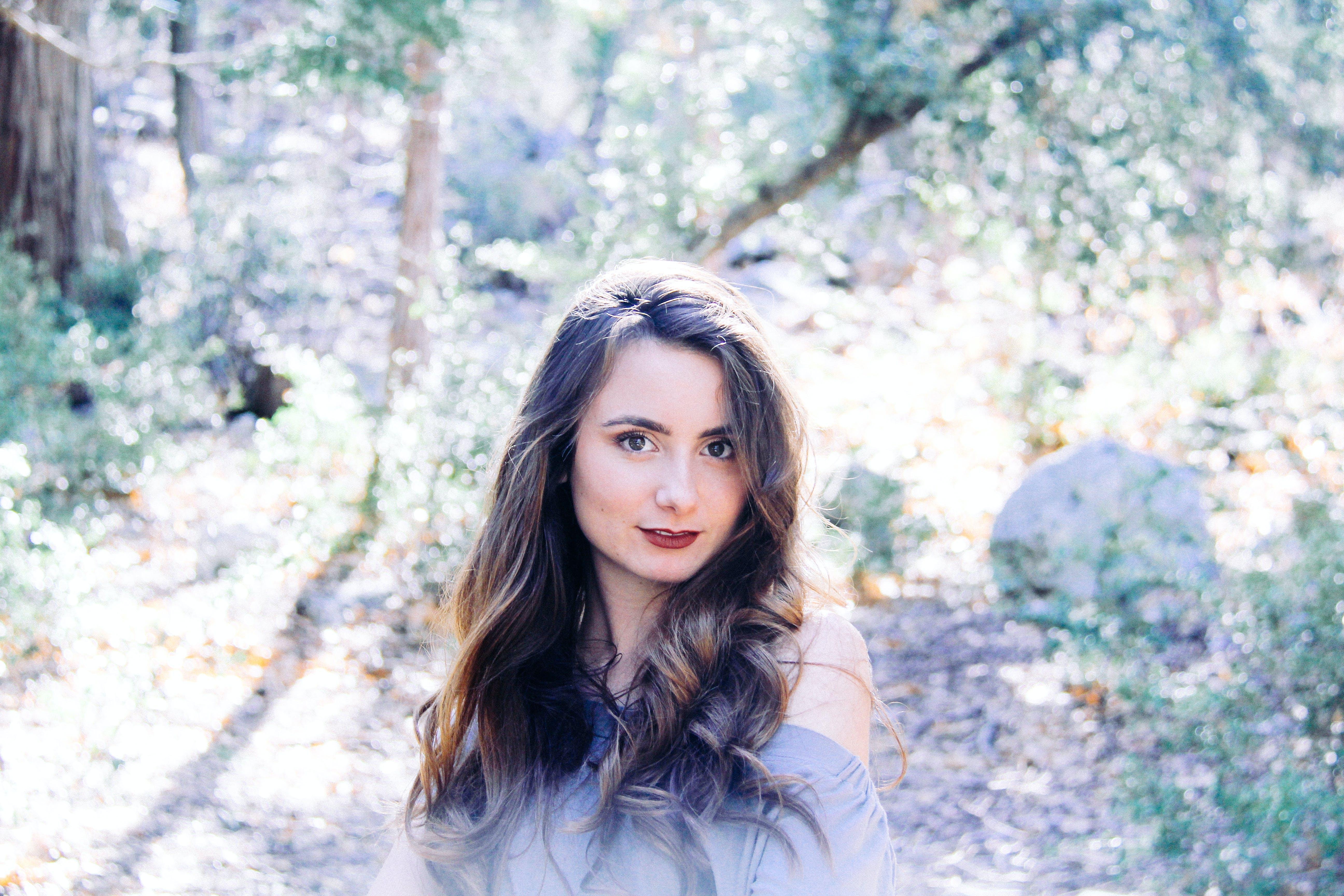 갈색 머리, 매력적인, 모델, 미소의 무료 스톡 사진