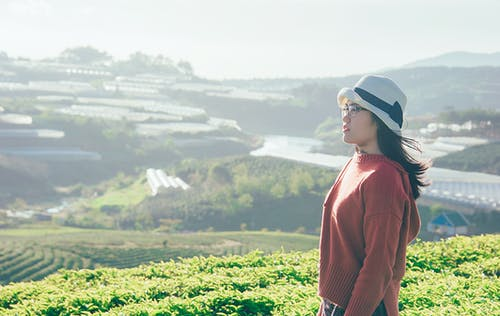 Vue Latérale Photo D'une Femme Sur Le Terrain