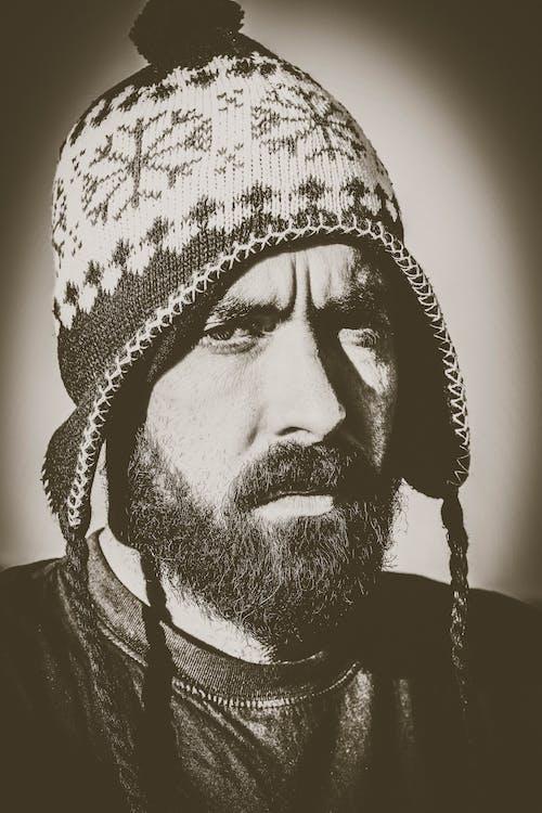 Foto d'estoc gratuïta de arrufat, blanc i negre, boina de llana, constipat