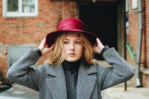 Photos gratuites de beau, blond, brouiller, chapeau