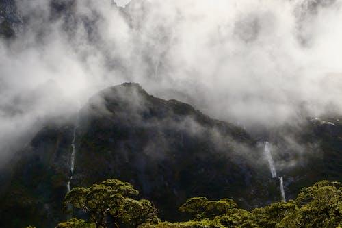 buğulu, bulutlar, çağlayanlar, dağlar içeren Ücretsiz stok fotoğraf