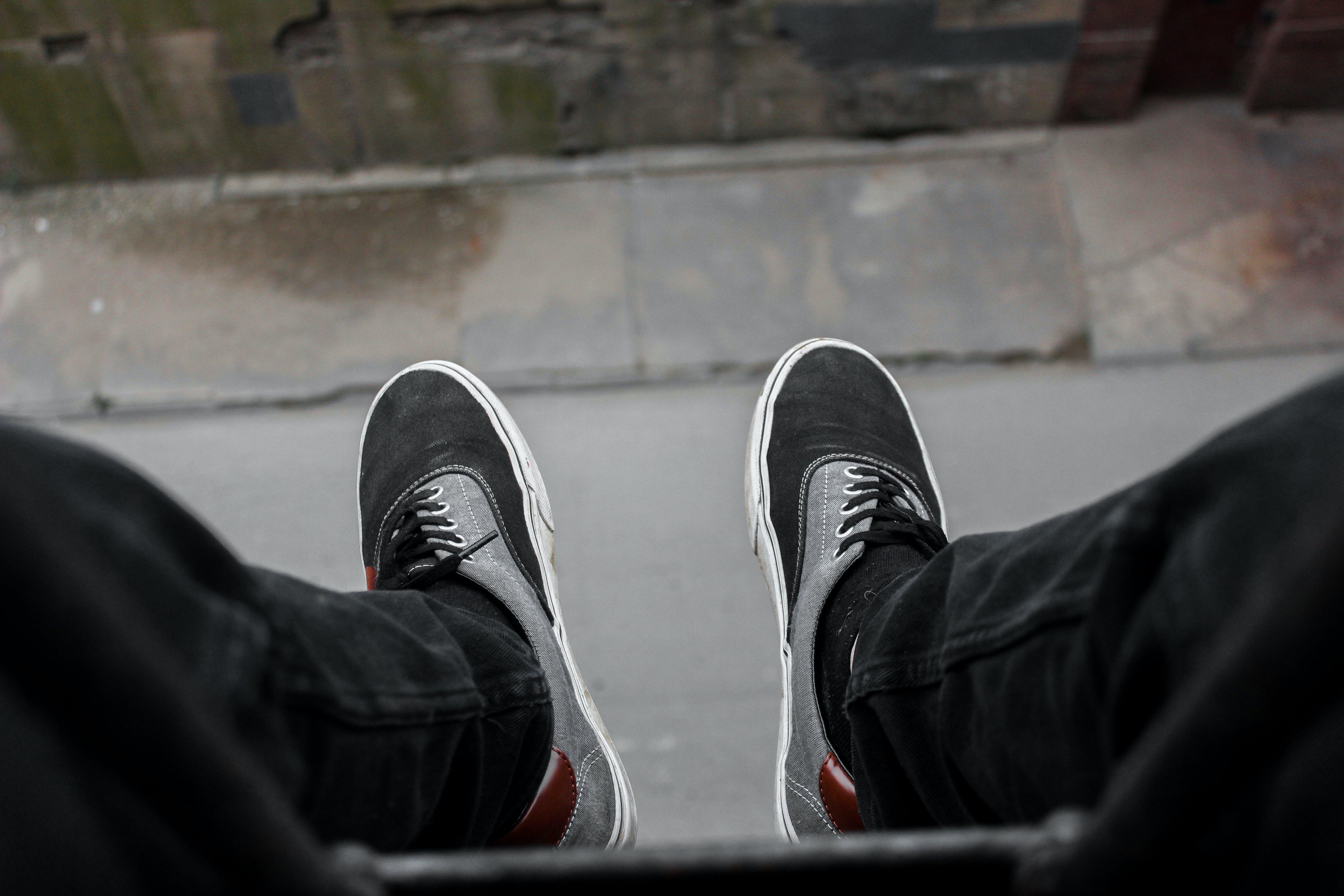 Foto d'estoc gratuïta de carretera, pantaló texà, penjant, peus