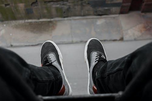 Безкоштовне стокове фото на тему «висіння, джинси, дорога, ноги»