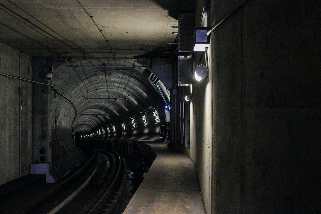Gratis lagerfoto af arkitektur, jernbanelinje, jernbaner
