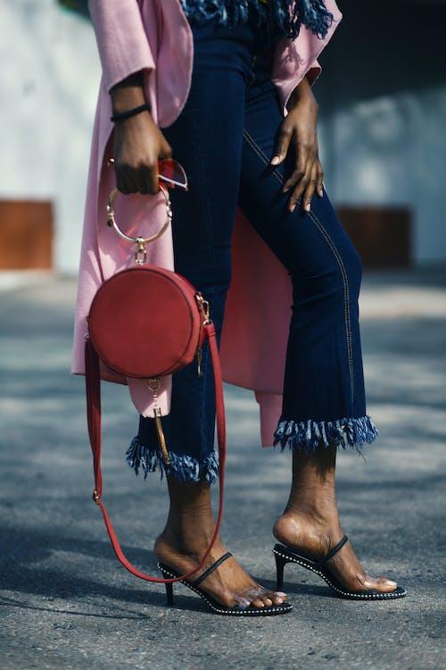 Foto stok gratis alas kaki, celana, cewek, denim