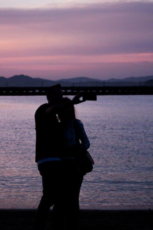 Δωρεάν στοκ φωτογραφιών με selfie, μοβ, παραλία