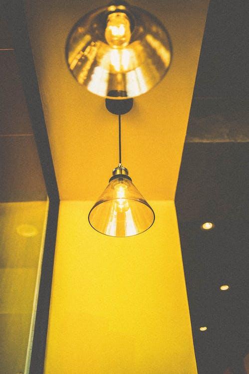 Крупным планом фото включенного подвесного светильника