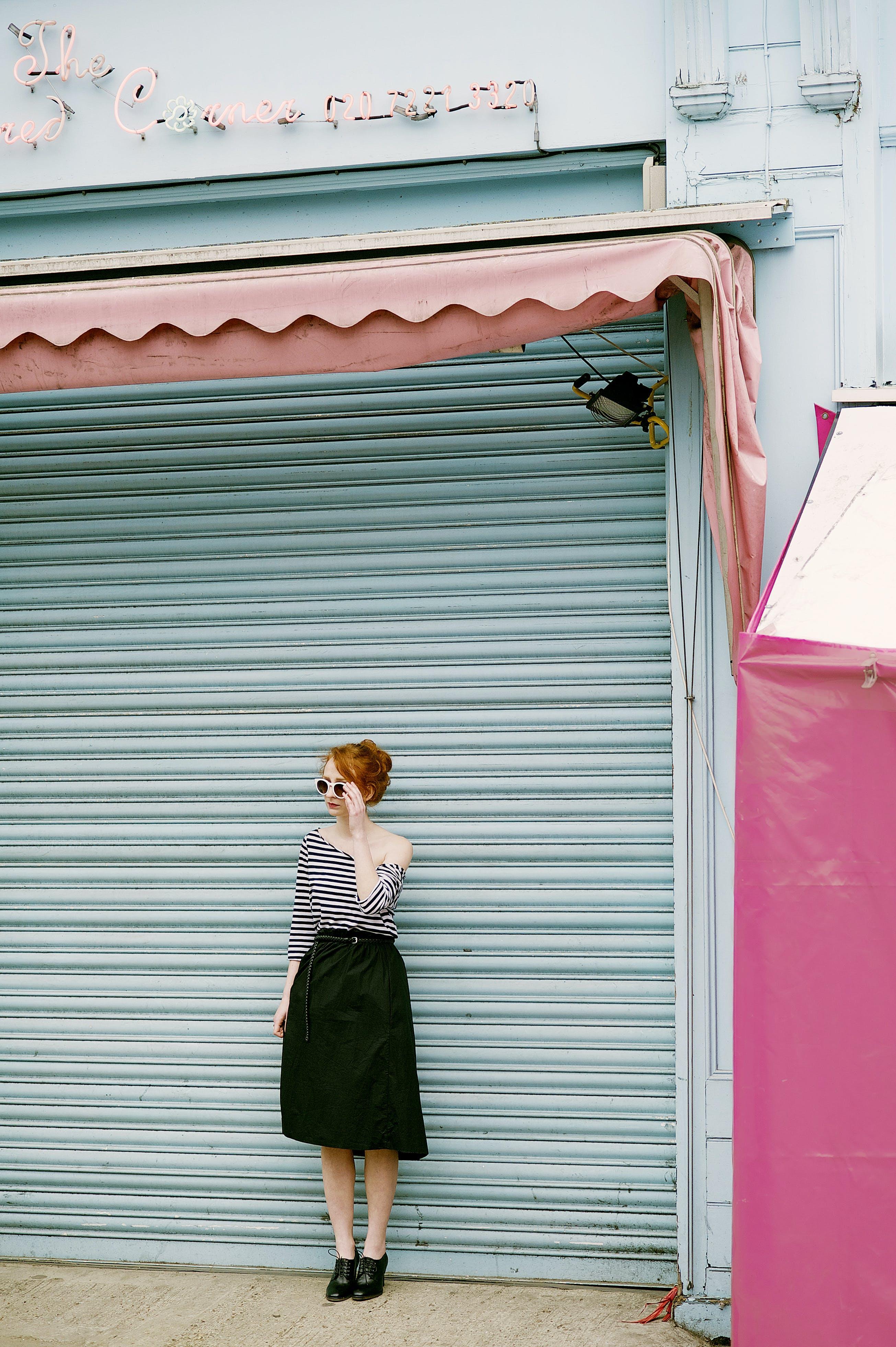 Kostenloses Stock Foto zu fashion, frau, mädchen, mauer