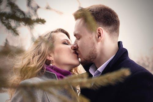 Kostenloses Stock Foto zu frau, glück, hübsch, küssen