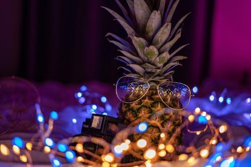 Kostnadsfri bild av ananas, ananas bär glasögon, feljus, guldglasögon