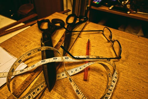 Gratis lagerfoto af briller, kuglepen, målebånd, saks