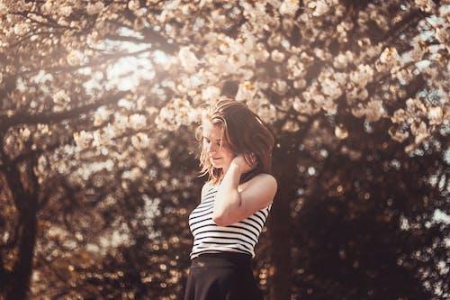 Бесплатное стоковое фото с девочка, девушка, деревья, женщина