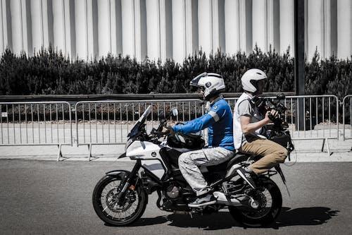 Gratis lagerfoto af folk, motorcykel, motorcyklist, mænd