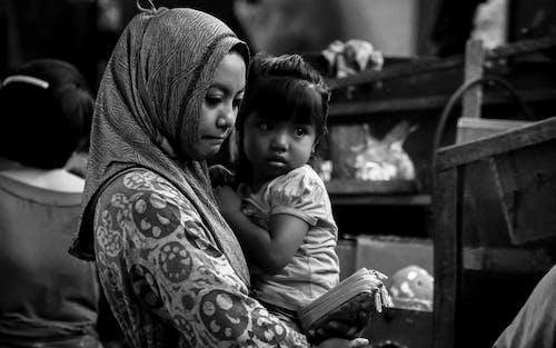 Бесплатное стоковое фото с дочь, мама, покупка, уличный рынок