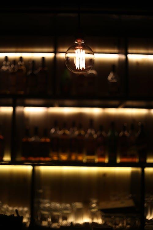 Kostenloses Stock Foto zu bar, deckenleuchten, dunkel, glühbirne