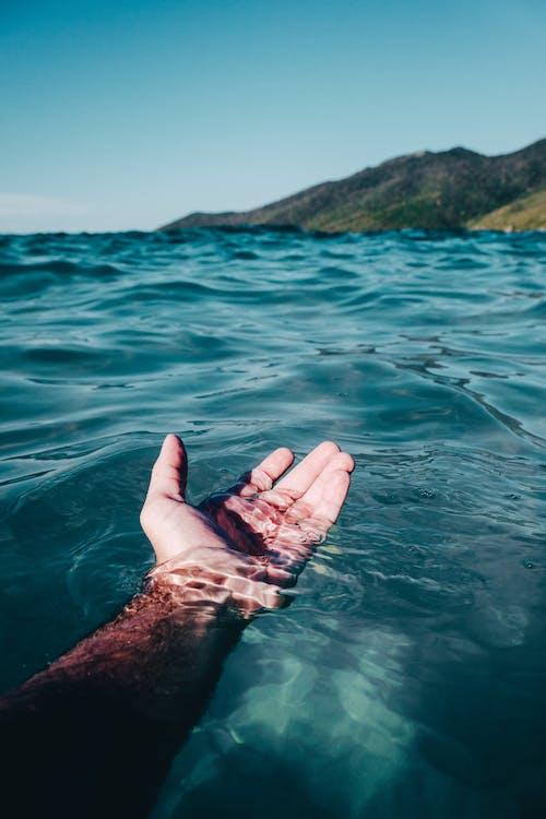 Ilmainen kuvapankkikuva tunnisteilla brasilia, hiekkaranta, käsi, meri