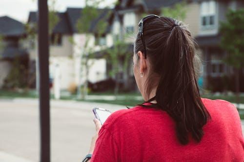 Ilmainen kuvapankkikuva tunnisteilla aikuinen, asu, katu, kaupunki