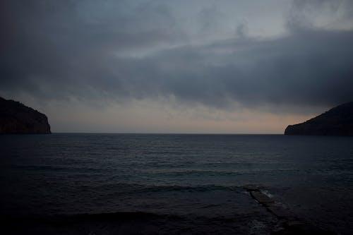 Δωρεάν στοκ φωτογραφιών με βουνό, όρος, σκοτεινή θάλασσα