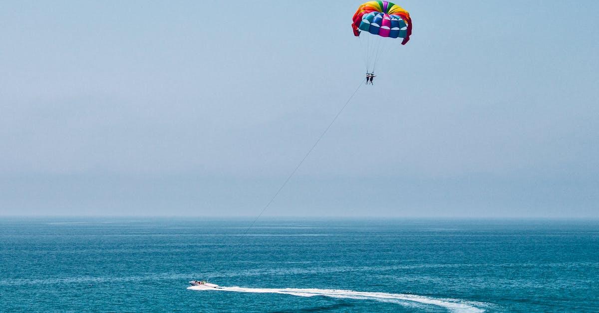 картинки парашют над морем