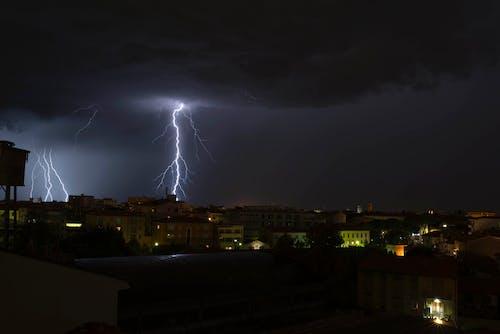 밤, 번개, 하늘, 하늘을 가로 지르는 번개의 무료 스톡 사진