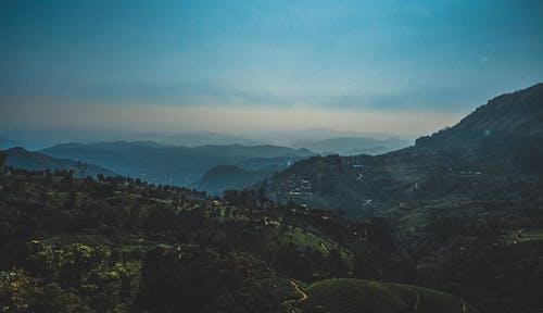 Kostnadsfri bild av åkermark, berg, dagsljus, dal