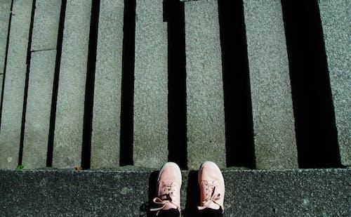 계단, 그림자, 신발, 신발끈의 무료 스톡 사진