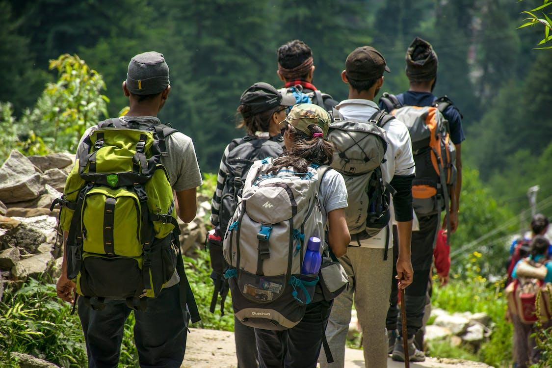 campeurs et randonneurs marchant sur une route