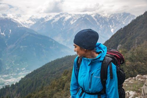 Foto profissional grátis de aventura, caminhar, escalar, luz do dia