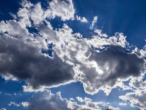 Gratis arkivbilde med lett, skyer, sol, solstråle