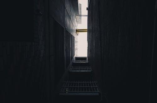 ダーク, ドア, ローアングルショット, 建物の無料の写真素材