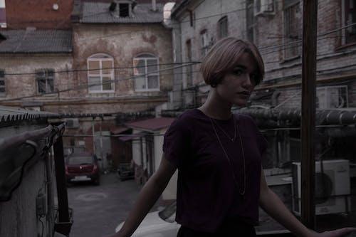 Foto d'estoc gratuïta de cabell curt, carrer, fosc, jove