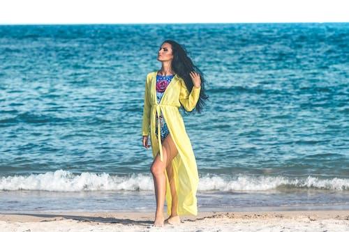 Mulher Usando Monokini Azul Em Pé Na Areia Da Praia